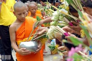 ประเพณีไทย ประเพณีตักบาตรดอกไม้