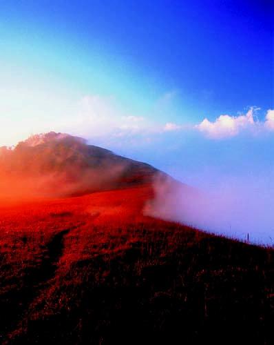 เทือกเขาสูง ยอดหญ้าเหยียดฟ้า อลังการวิวดอย ดอยม่อนจอง เชียงใหม่